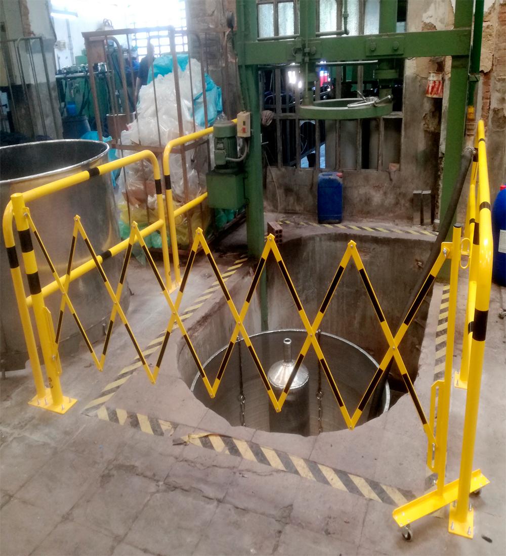 barrera-extensible-con-ruedas-y-poste-cilindricorectangular-2